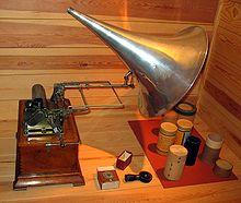 Fonografo de Thomas Edison y sus cilindros de grabación